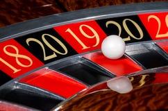 Участок 2019 колеса рулетки казино Нового Года удачливый красный 18 19 стоковое изображение rf