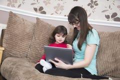 Уча дочь о интернете Стоковое Изображение RF