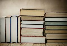 Учебники и книги на деревянном столе Стоковые Изображения RF