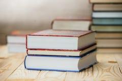 Учебники и книги на деревянном столе Стоковые Изображения
