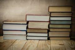 Учебники и книги на деревянном столе Стоковая Фотография