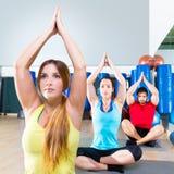 Учебное упражнени йоги в группе людей спортзала фитнеса Стоковые Изображения RF