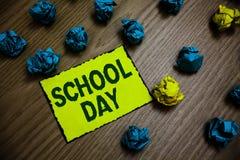 Учебный день текста сочинительства слова Концепция дела для начинает от 7 или 8 am до 3 pm получают наученную там желтую бумагу r стоковое фото