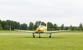 Учебный самолет поршеня на том основании Стоковое Фото