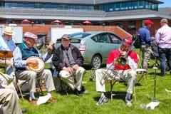 Ученики джаз-бэнд и семьи градации Middletown Коннектикута США веслианского университета студент-выпускников около май 2015 стоковое изображение
