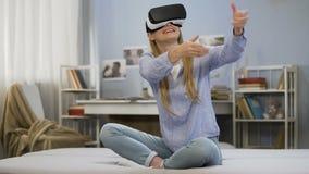 Ученица колледжа имея стекла виртуальной реальности потехи нося, современную технологию видеоматериал