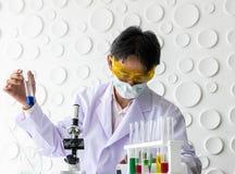 Ученые держа beaker стоковые изображения rf