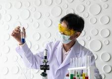 Ученые держа beaker стоковая фотография