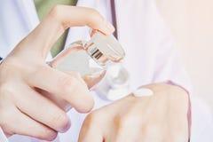 Ученые изучают естественные выдержки и сливк руки пользы Концепция использования органического содержания стоковое фото