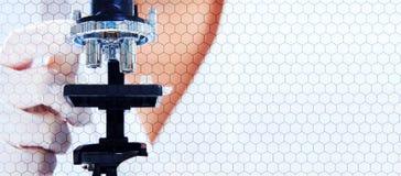 Ученые исследования в микроскопе с шестигранной ячейкой Стоковые Изображения RF