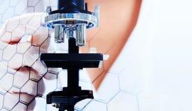 Ученые и микроскоп с шестигранной ячейкой Стоковые Изображения