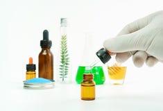 Ученые которые изучают смешивать извлеченных веществ стоковое изображение rf