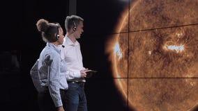 Ученые обсуждают тень солнечного затмения на земле Стоковые Фото