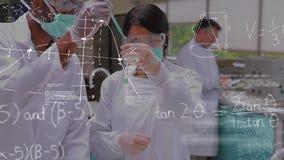Ученые смешивая химикаты на пробирке сток-видео
