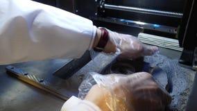 Ученый вытягивает продукт от принтера 3D Продукт в принтере 3D scientist сток-видео