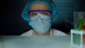 Ученый в защитной форме смотря к камере, профессиональной на месте службы стоковые изображения rf