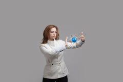 Ученый женщины с моделью атома, концепцией исследования Стоковые Фотографии RF