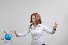 Ученый женщины с моделью атома, концепцией исследования Стоковые Изображения