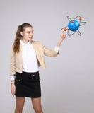 Ученый женщины с моделью атома, концепцией исследования Стоковые Изображения RF