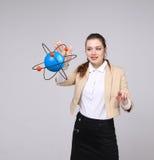 Ученый женщины с моделью атома, концепцией исследования Стоковое фото RF