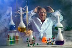 Ученый имеет hysterical из-за неудачного эксперимента стоковые изображения rf