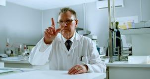 Ученый используя невиденную новую технологию в лаборатории 4k