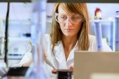 Ученый молодой женщины в лаборатории Стоковое фото RF