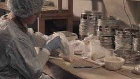 Ученый подготавливая подготовки для исследования видеоматериал