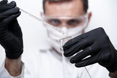 Ученый проводит эксперимент стоковое изображение rf