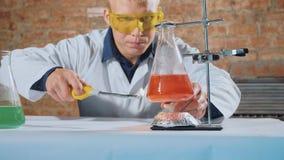 Ученый проводя химический эксперимент в лаборатории стоковые изображения rf