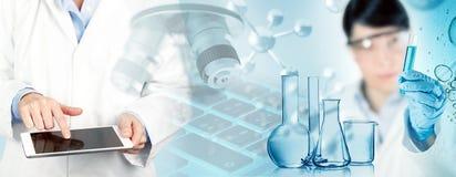 Ученый работая в химической лаборатории стоковое фото rf