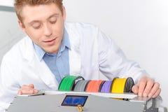 Ученый работая с трехмерным принтером Стоковые Изображения
