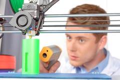 Ученый работая с трехмерным принтером Стоковое Изображение RF