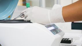Ученый руки работая в лаборатории с центрифугой стоковые изображения rf