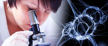 Ученый смотря бактерии через микроскоп Стоковая Фотография