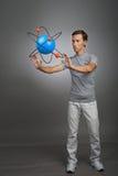 Ученый человека с моделью атома, концепцией исследования Стоковые Фото