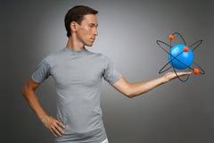 Ученый человека с моделью атома, концепцией исследования Стоковые Фотографии RF