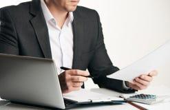 Учет коммерческих операций анализа бизнесмена Стоковое Изображение RF