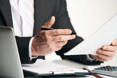 Учет коммерческих операций анализа бизнесмена Стоковая Фотография RF