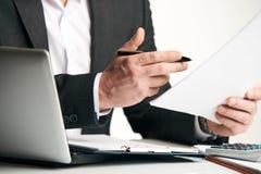 Учет коммерческих операций анализа бизнесмена Стоковое Изображение