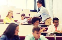 Учитель давая тест студентам на лекции стоковая фотография rf