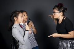 Учитель женщины и возбужденный студент девушки 2 стоковое фото rf