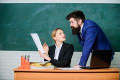 Учитель и инспектор работая совместно в классе школы Образовательная программа Школьное образование Подготовьте для школы стоковые изображения