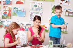 учитель комнаты игры прессформы глины детей Стоковая Фотография RF