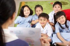 Учитель показывая картину к студентам стоковая фотография