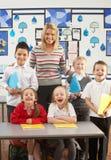учитель ребенокев школьного возраста стола основной Стоковое Изображение
