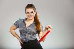Учитель смотря элегантную женщину держа большой карандаш Стоковое фото RF