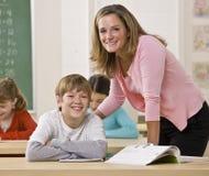 учитель студента класса помогая стоковое изображение rf