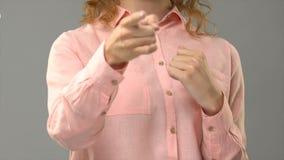 Учитель Asl спрашивая как вы в языке жестов, показывая слова в консультационном, глухой сток-видео