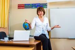 Учительница в классе держит урок стоковое изображение rf